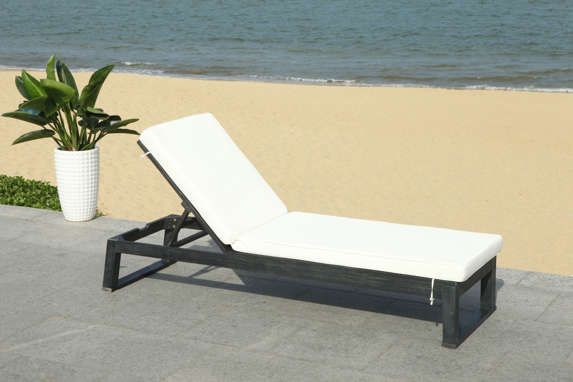 Solano Sunlounger on Safavieh Outdoor Living Solano Sunlounger id=18533