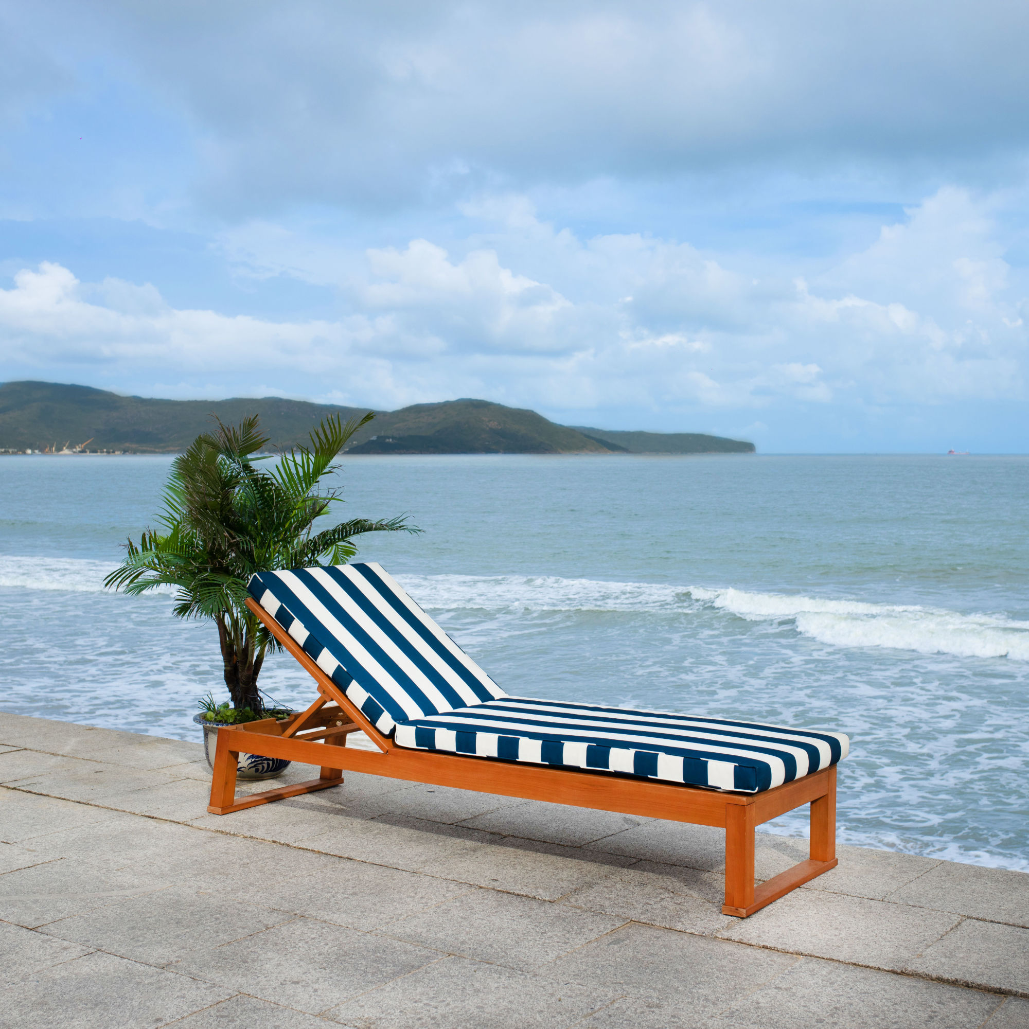 Solano Sunlounger on Safavieh Outdoor Living Solano Sunlounger id=40853