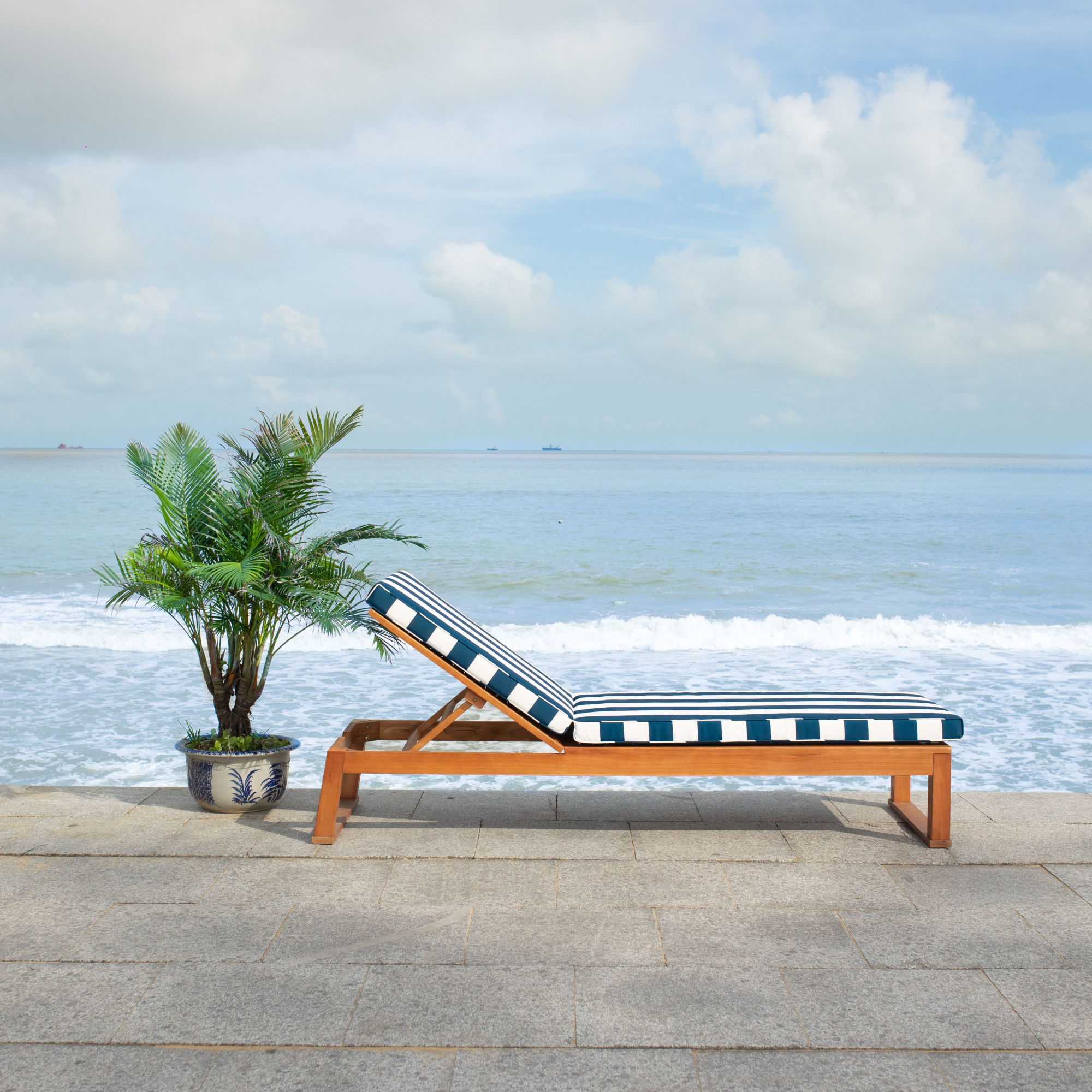 Solano Sunlounger on Safavieh Outdoor Living Solano Sunlounger id=43398